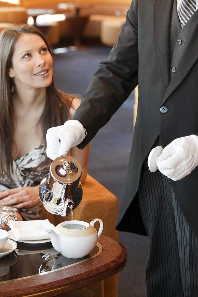 Butler-Service im Yacht Club serviert Tee