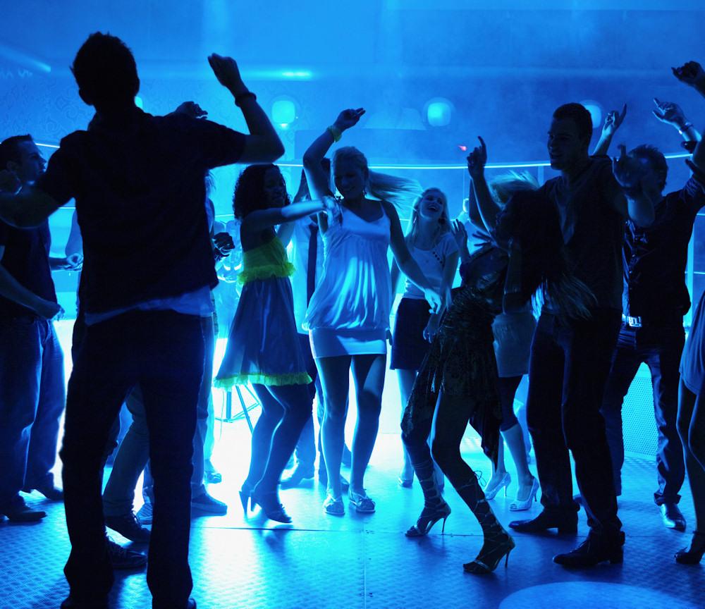 Tanzen können Teens in den Discos an Bord