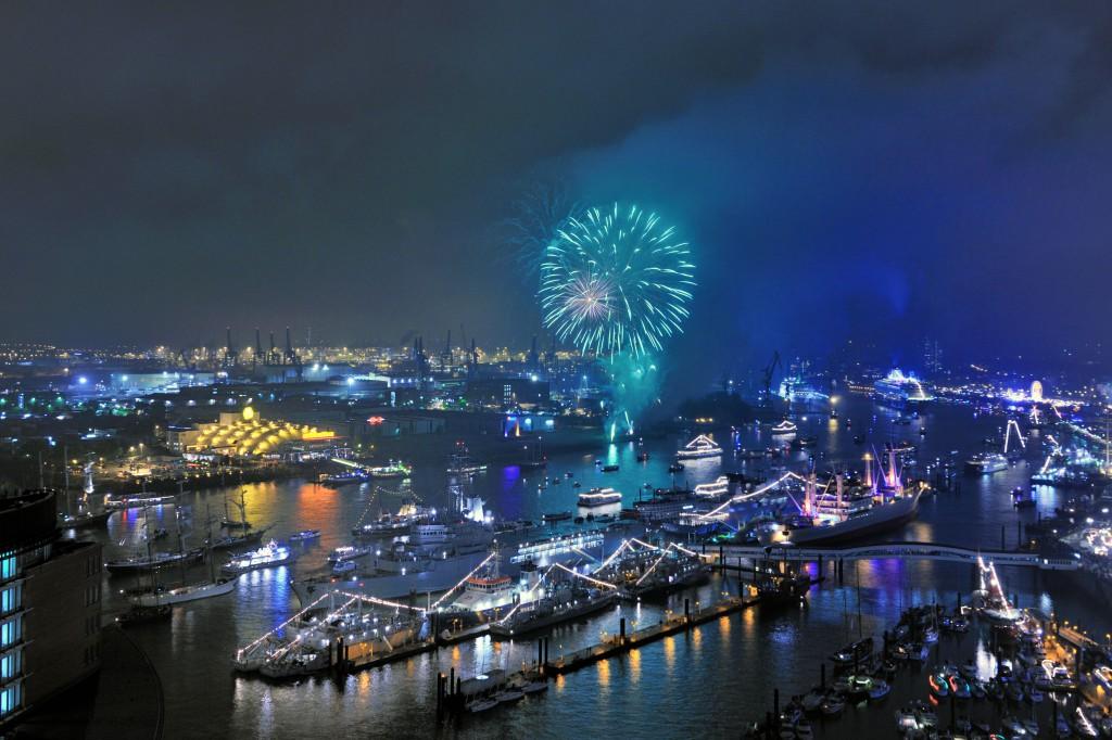 großes Feuerwerk beim Hafengeburtstag in Hamburg