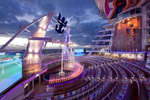 An Bord der Allure of the Seas finden im Aqua Theater spektakuläre Shows statt
