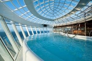 Die Allure of the Seas hat zwei, über die Bordwand hinausragende Whirlpools mit tollem Meerblick
