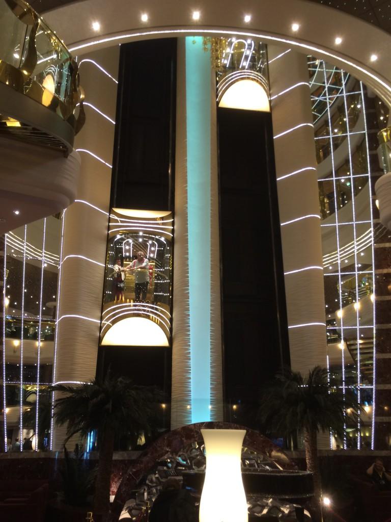 Die gläsernen Aufzüge beiten einen einmaligen Blick ins Atrium.