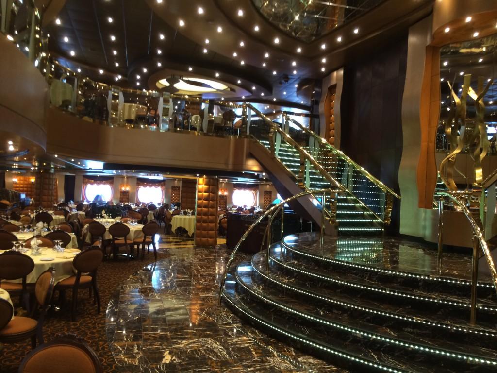 Im Hauptrestaurant kann man in zwei verschiedenen Sitzungen essen.