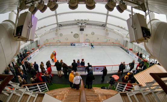 Die Eislaufbahn befindet sich auf Deck 16 von AIDAprima. © Foto: AIDA Cruises