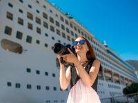 Frau vor Kreuzfahrtschiff