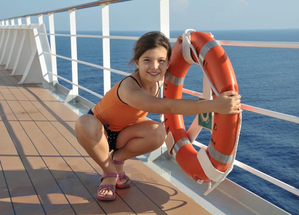Kind auf einem Kreuzfahrtschiff